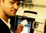 Justin Timberlake tira selfie em urna eleitoral e é alertado por autoridades