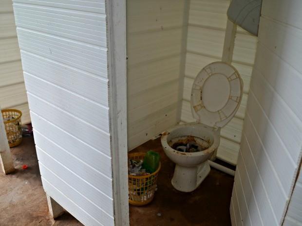 Banheiros em abrigo de imigrantes em Rio Branco (Foto: Aline Nascimento/G1)