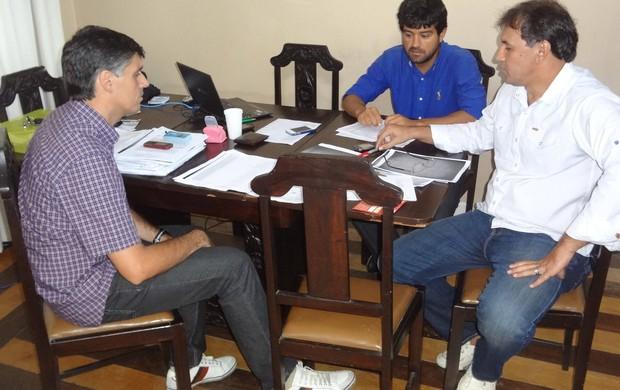 Vandick, Serra e Clodomir estudam as propostas da chapa (Foto: Gustavo Pêna/GLOBOESPORTE.COM)