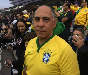 Convidado por Firmino, Marcellus vê o jogo da Seleção contra a Venezuela no estádio Monumental 1 (Foto: Marcelo Hazan)