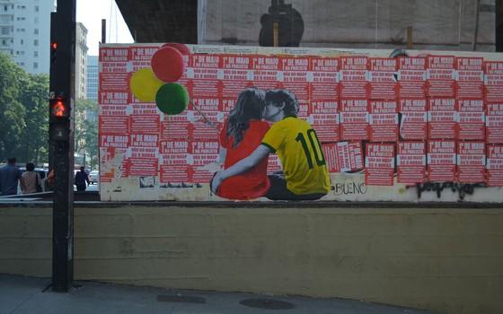 Segunda versão do pôster foi colocada após a primeira ser encoberta por cartazes (Foto: Luis Bueno/Divulgação)