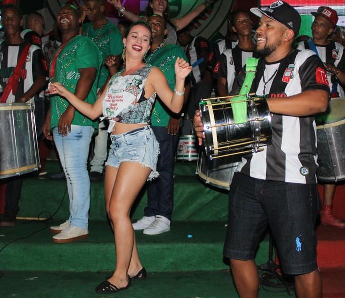 Laryssa mostra samba no pé em ensaio da Grande Rio (Foto: Divulgação)