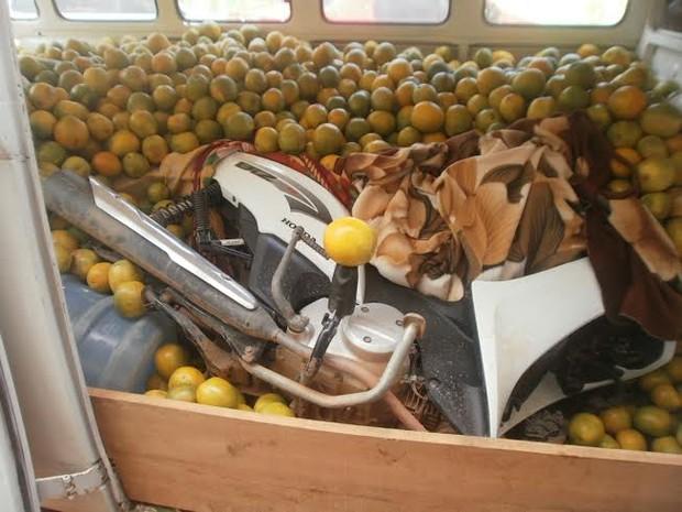 Motos estavam escondidas embaixo de frutas levadas por kombi (Foto: Leile Ribeiro/G1)