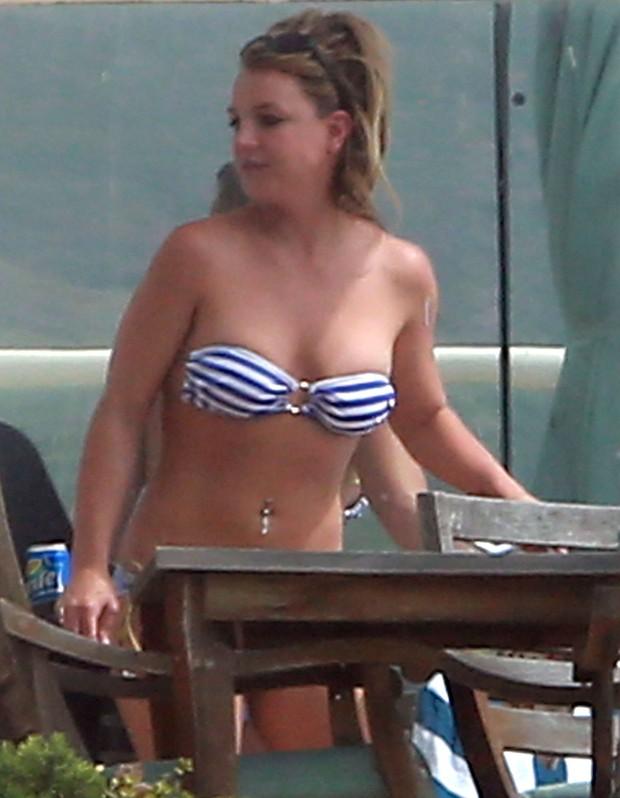 Britney Spears de biquíni em Los Angeles, nos Estados Unidos (Foto: Grosby Group/ Agência)
