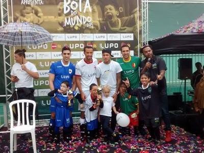 Neymar prestigiou evento realizado no instituto que leva o seu nome (Foto: Cassio Lyra/ GE)