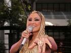 De top dourado, Claudia Leitte agita o trio Largadinho em Salvador