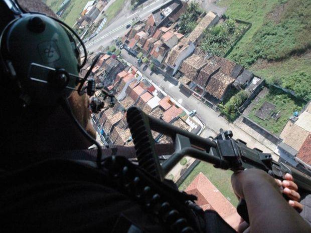 Polícial faz trabalho de cobertura em Umbaúba (Foto: SSP/SE)