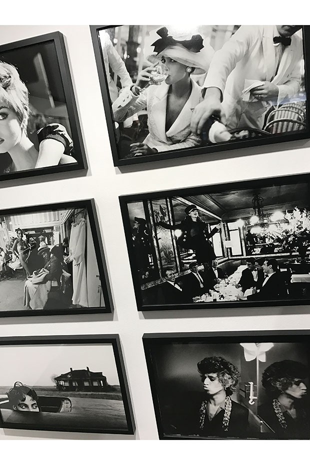 A wall of Elgort images at his new exhibition at Colette in Paris (Foto: @SUZYMENKESVOGUE)