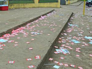 Mesmo com fiscalização, santinhos foram despejados em ruas de Rio Branco  (Foto: Aline Nascimento/G1)