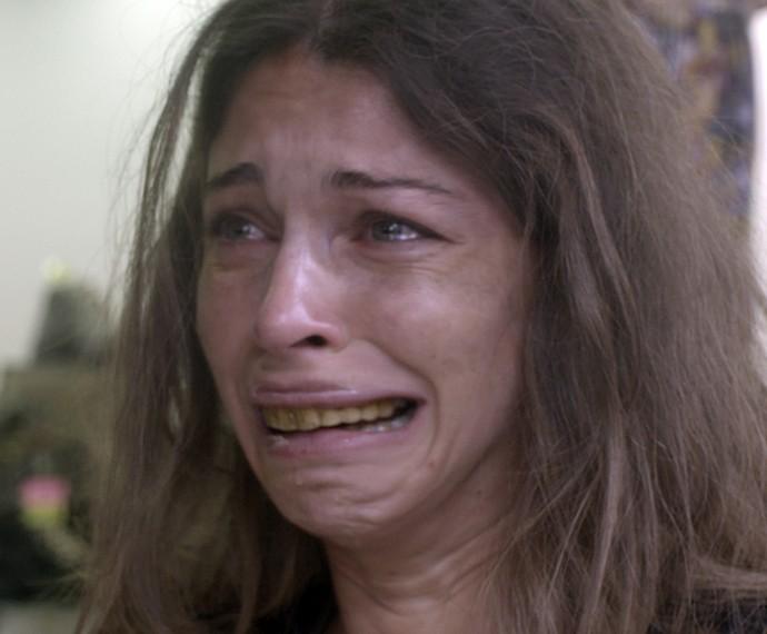 Larissa leva um choque ao se ver no espelho (Foto: TV Globo)