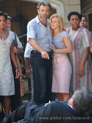 Mundo dá uma boa lição em Ernest (Foto: Joia Rara/TV Globo)