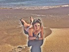 Bárbara Evans posa de fio-dental em praia e fã elogia: 'Sereia'