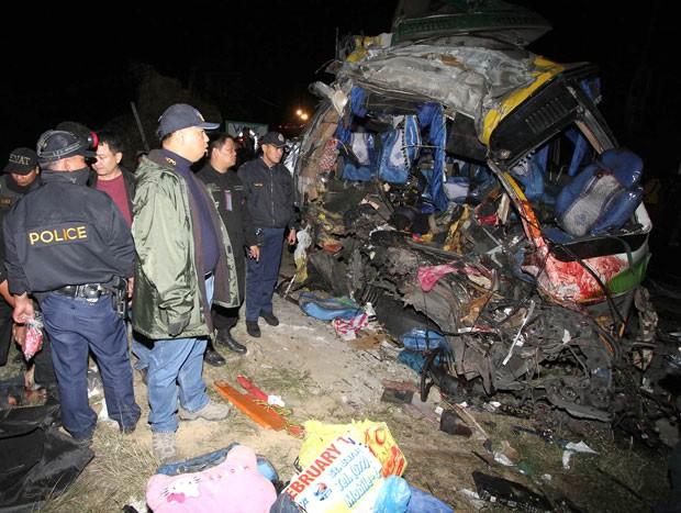 Foto divulgada neste sábado (23) mostra acidente envolvendo um ônibus e um caminhão em uma rodovia em Tuba (Foto: AP)