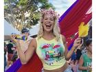 Grávida, Karina Bacchi curte bloco de Carnaval