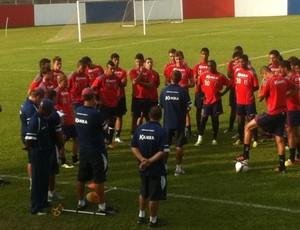 Técnico Ricardinho conversa com jogadores do Paraná Clube (Foto: Fernando Freire/GLOBOESPORTE.COM)