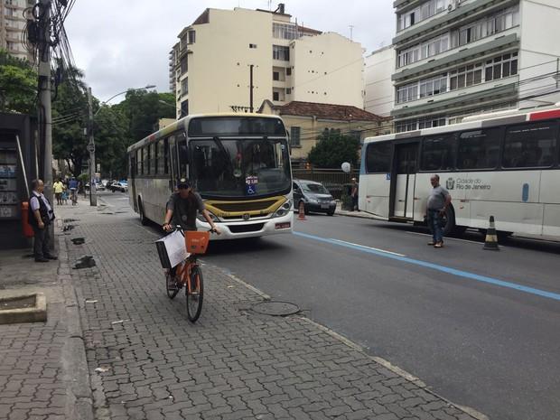 Policial faz o papel de Júlia Rezende em reconstituição em Botafogo, na Zona Sul do Rio (Foto: Ricardo Abreu/ GloboNews)