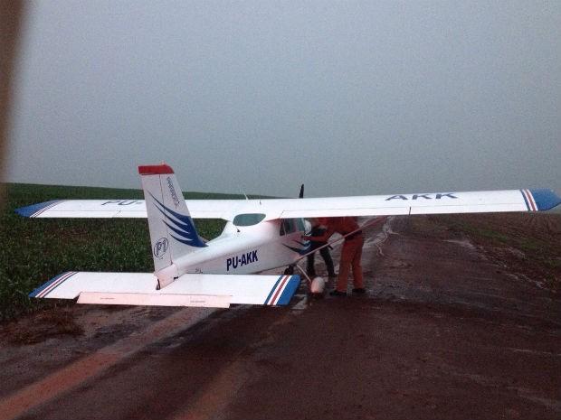 [Brasil] Piloto testa aeronave e faz pouso de emergência em área rural após chuva Mono_1_ok_