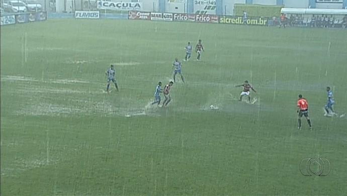 Crac x Atlético-GO - chuva (Foto: Reprodução / TV Anhanguera)