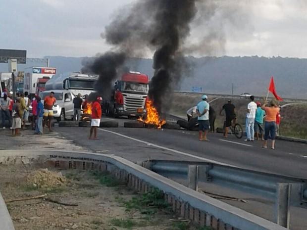 Protestos nas rodovias de Pernambuco atingiram a BR 101, em Goiana (Foto: Ascom PRF/PE)