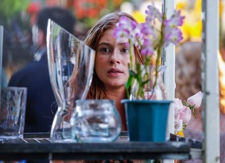 Eliza vê Arthur no mercado de flores