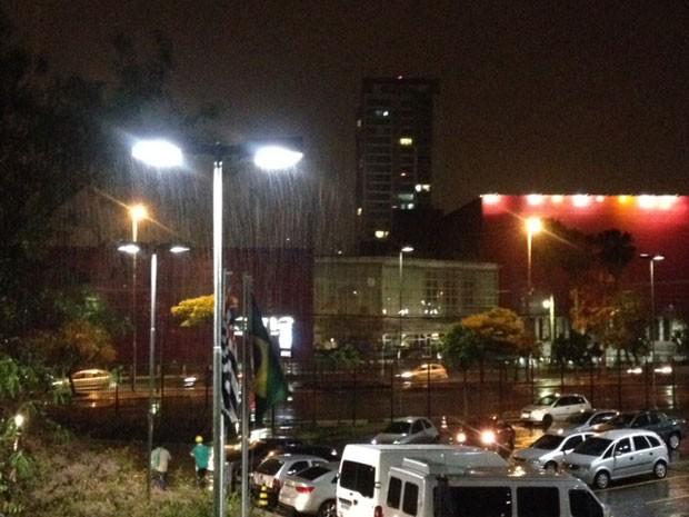 Chuva é registrada na região do Morumbi, Zona Sul de São Paulo, por volta das 21h30 deste domingo (19) (Foto: Eduardo Carvalho/G1)