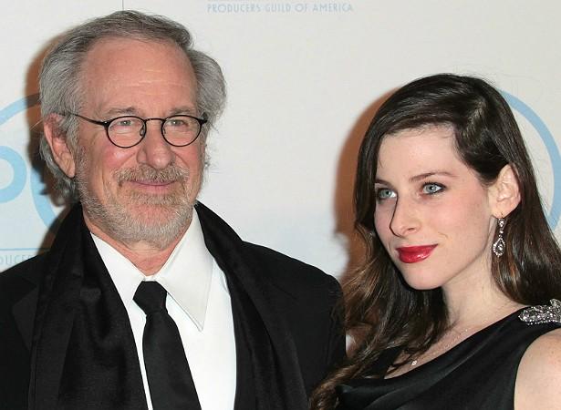 Por falar em filha de cineasta, a modelo Sasha Spielberg, de 24 anos, é filha de Steven Spielberg com a atriz Kate Capshaw e também vem tentando emplacar a carreira nas artes cênicas. (Foto: Getty Images)