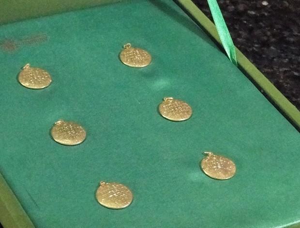 Medalhas do decacampeonato do América-MG (Foto: Ana Paula Moreira / Globoesporte.com)