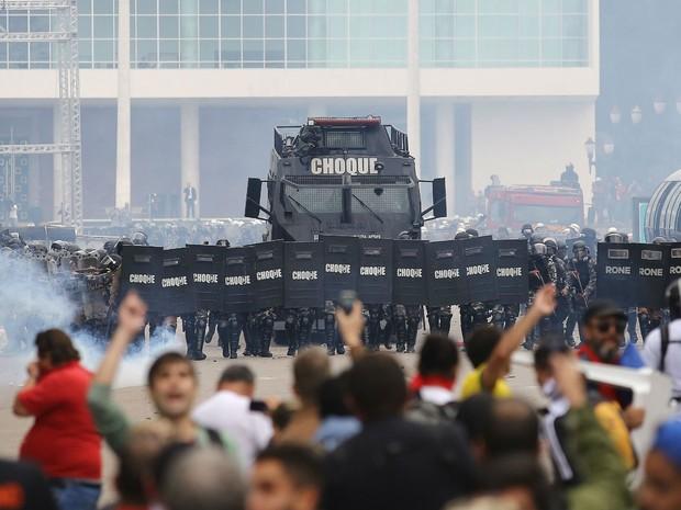Manifestantes e Tropa de Choque entraram em confronto (Foto: Giuliano Gomes/Agência PRPRESS)