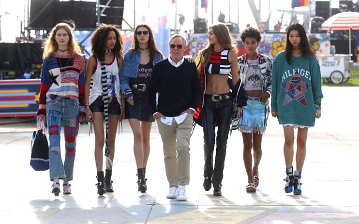 Tommy Hilfiger, Gigi Hadid e as modelos no desfile em Los Angeles (Foto: Getty Images)