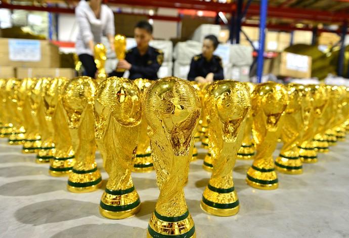 Taça da Copa do Mundo falsa fabricada na China (Foto: AFP)