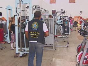 Fiscal do Cref realizando inspeção em academia de Macapá (Foto: Reprodução/TV Amapá)