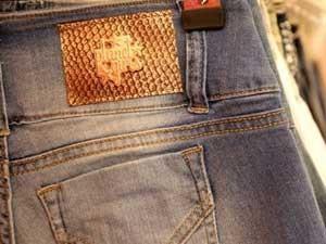 O jeans vem com várias lavagens  (Foto: Divulgação)