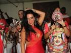 Solange Gomes capricha no decote em noite de samba na Porto da Pedra