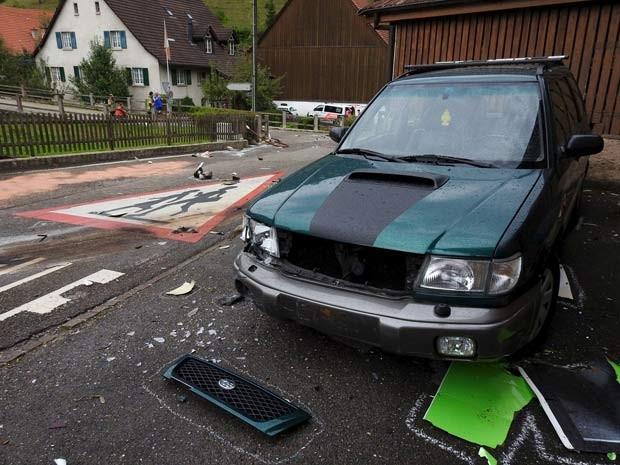 Partes de avião são vistas em rua de Dittingen; dois aviões colidiram e uma pessoa morreu  (Foto: REUTERS/Kantonspolizei Basel Landschaft/Handout via Reuters )
