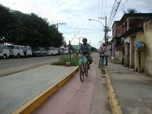 Ciclovia da Avenida João XXIII é estreita para a a passagem de dois ciclistas. (Foto: Mariucha Machado/G1)