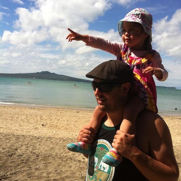 Patrick com a pequena Lola (Foto: Reprodução/Facebook Patrick O'Malley)