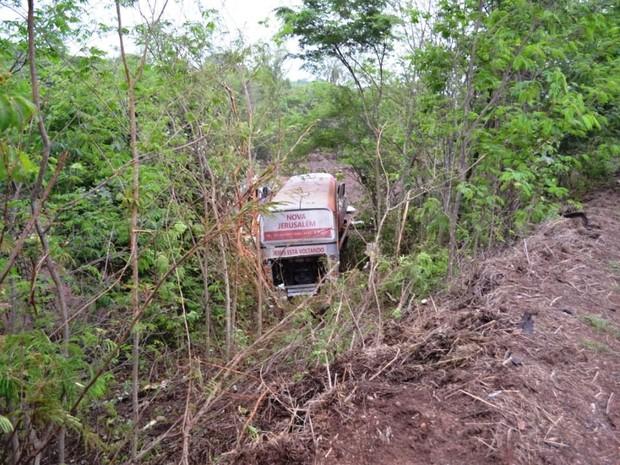 Ônibus tombou e saiu da pista em acidente na BR-153 (Foto: Ademir Rêego/Divulgação)