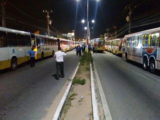 Na Av. João Medeiros Filho, mais de 20 ônibus bloquearam o trânsito (Foto: Clayton Carvalho/Inter TV Cabugi)