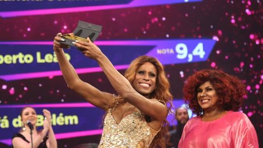 Ícaro Silva comemora performance de Beyoncé e faz passinhos com Claudia Raia