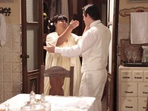 Olga aparece e acaba com a festa do marido (Foto: Gabriela / TV Globo)
