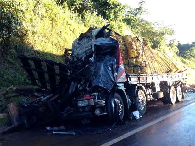 Ocupantes do caminhão atingido tentaram salvar o motorista preso às ferragens, mas o veículo acabou pegando fogo (Foto: Caio Vasques / RPC)
