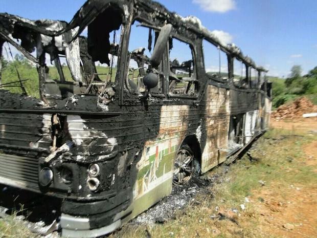 Ônibus da Prefeitura de Lagoinha foi queimado na madrugada deste sábado (20). (Foto: Rogélio Augusto de Campos)