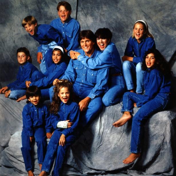 Muito antes de dominarem a TV norte-americana e as atenções da mídia mundial, a família Kardashian ganhou notoriedade em 1991, quando a matriarca, Kris, já divorciada do advogado Robert Kardashian, se casou com o ex-atleta olímpico Bruce Jenner. Na época, eles ainda não haviam tido Kendall (nascida em 1995) nem Kylie (de 1997), mas cada um trouxe sua leva de filhos e formou um enorme clã. Nesta foto estão, na parte de cima, Brandon e Burton Jenner; no meio, da esquerda para a direita, Brody Jenner, Kourtney Kardashian, Bruce, Kris, Cassandra Jenner e Kim; na parte de baixo, Robert Kardashian Jr. e Khloé. (Foto: Getty Images)