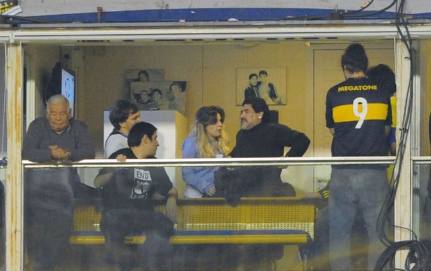 Maradona conversa com a filha em camarote na Bombonera (Foto: Marcos Ribolli / Globoesporte.com)