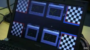Padrões quadriculados em computador correspondem a frases musicais (Foto: BBC)