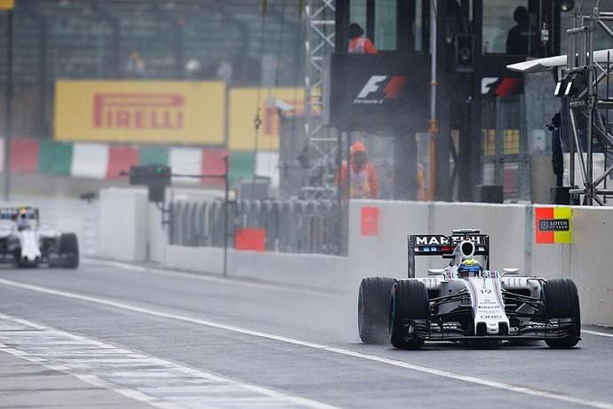 Felipe Massa acelera a Williams na pista molhada de Suzuka, durante o primeiro treino livre (Foto: Divulgação)