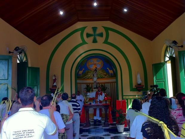 Fiéis da igreja São Sebastião, no Centro, celebram Domingo de Ramos (Foto: Vanessa Lima)