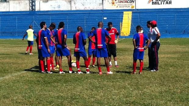 Equipe recebe orientações da comissão técnica em treino (Foto: Henrique Corrêa/Globoesporte.com)