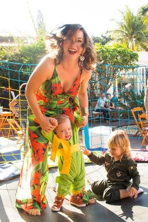 A atriz teve os dois filhos com pouca diferença de idade (Foto: Arquivo pessoal/ Regiane Alves)