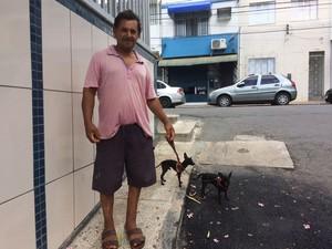 Almir Ribeiro, que mora no Tororó, também relata a mesma situação (Foto: Maiana Belo/G1)